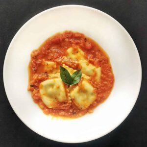 Ravioles de la abuela rellenos de espinaca y ricotta bañados en nuestra receta deliciosa y natural de salsa pomodoro